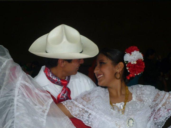 ¡Xochitl: la danza folklórica es su afición! #MegaOfrenda2013