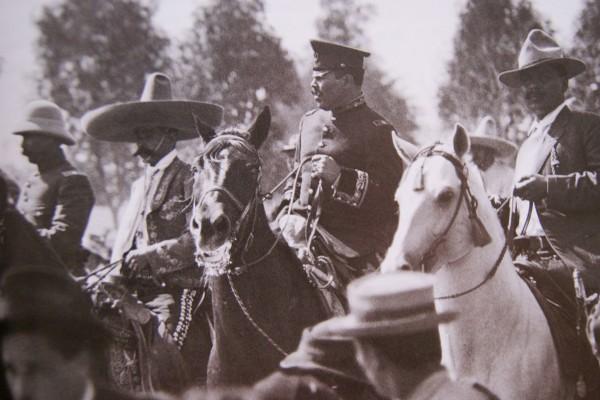 Fotografía atribuida a Ángel Sandoval, llegada de Francisco Villa y Emiliano Zapata a México, 6 de diciembre de 1914.
