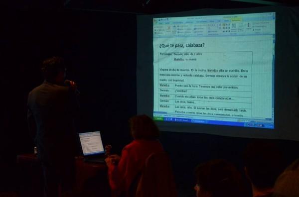 Lectura de uno de los textos por parte de los participantes.